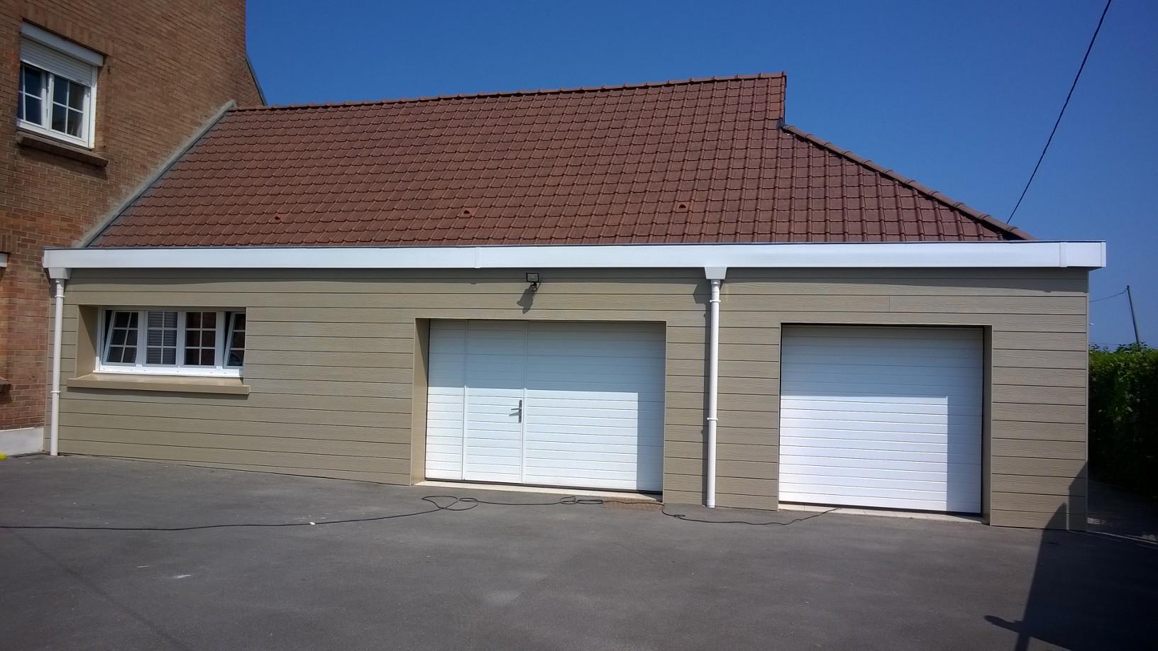 Photo de 2 portes de garage sectionnelle sur-mesure Gefradis commandées par l'un de nos clients